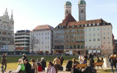 Münchner genießen die Wintersonne im Marienhof