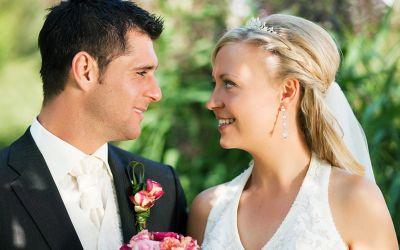 Ein Brautpaar sieht sich in die Augen
