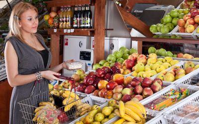 Frau an der Obsttheke