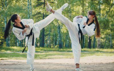 Frauen üben Kampfsport im Park