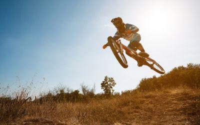 Mountainbiker springt