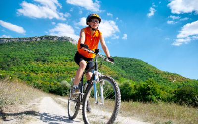 Mountainbikerin in den Bergen