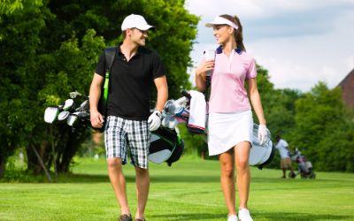 Pärchen auf Golfkurs