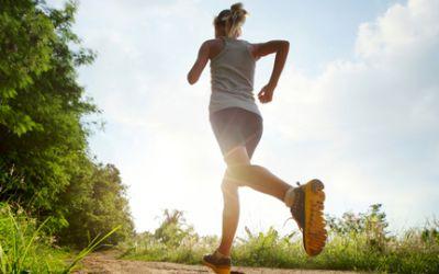 Frau joggt im Park