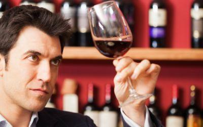 Mann probiert Wein