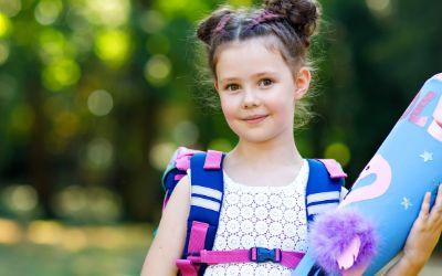 Kind mit Schultüte bei Einschulung