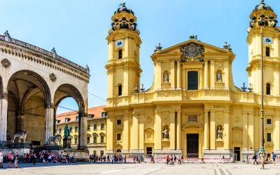 Der Odeonsplatz mit Feldherrnhalle und Theatinerkirche