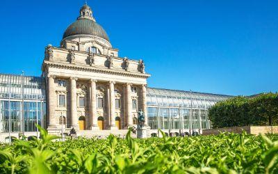 Die Bayerische Staatskanzlei im Sommer