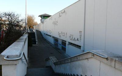 Gefängnismauer und Eingang
