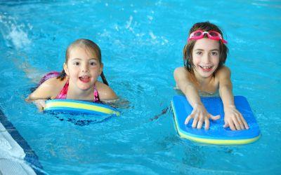 Kinder schwimmen mit Schwimmbrett