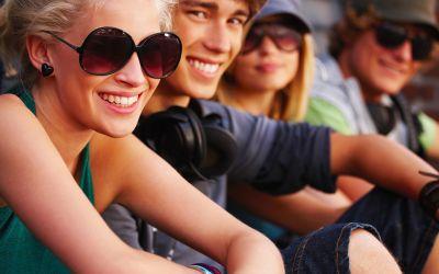 Jugendliche sitzen nebeneinander