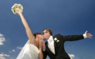 Hochzeitspaar vor blauem Himmel