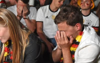 Trauernde Fans beim Public Viewing in einem Münchner Biergarten.