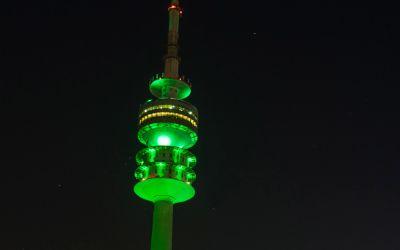 Der Olympiaturm beim Greening am St. Patricksday