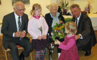 Auguste Ehard mit Caritasdirektor Prälat Hans Lindenberger, zwei Urenkelinnen und OB Dieter Reiter