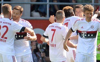 Die Bayern jubeln nach dem 2:0 durch Robert Lewandowski.