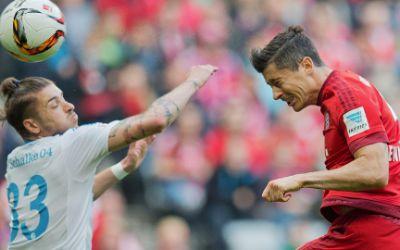 Bayerns Robert Lewandowski im Zweikampf mit Roman Neustädter.