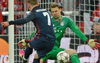 Madrids Antoine Griezmann (l) schießt das Tor zum 1:1. Bayerns Torwart Manuel Neuer wird geschlagen.