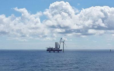 erste Windenergieanlage im Offshore-Park Sandbank steht