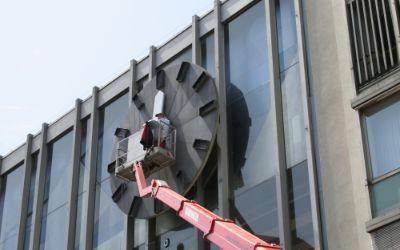 Montage der Uhr am Hauptbahnhof