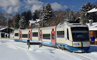 Zug der Bayerischen Oberlandbahn BOB in Gmund
