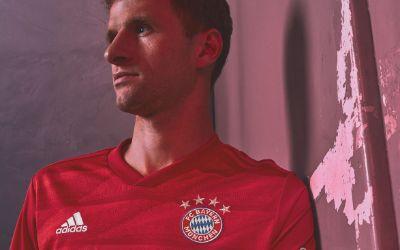 Thomas Müller präsentiert das neue Heimtrikot des FC Bayern für die Saison 2019/20