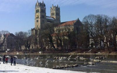 Vögel flattern vor der Kirche St. Maximilian
