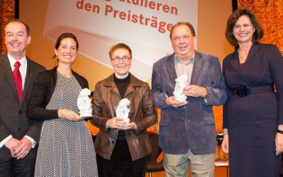 Die Preisträger des Bayerischen Buchpreises 2015, Angela Steidele (Mitte) und Reiner Stach (2.v.r.) mit Staatsministerin Ilse Aigner (r.)