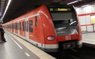 Einfahrende S-Bahn am Hauptbahnhof