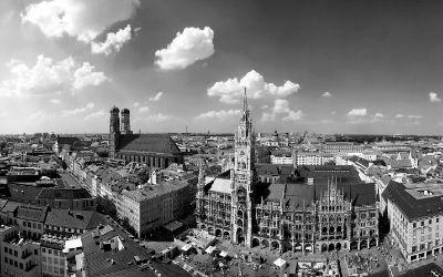 Panorama von München in Schwarz-Weiß.