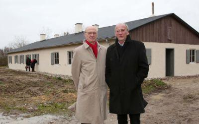 Kulturreferent Dr. Hans-Georg Küppers und der Direktor des NS-Dokuzentrums Prof. Winfried Nerdinger vor dem ehemaligen NS-Zwangsarbeiterlager in Neuaubing