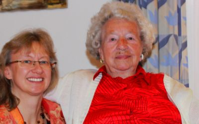 Stadträtin Bettina Messinger gratuliert Paula Köppl (r.) zum 106. Geburtstag