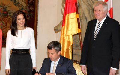 Kronprinz Frederik und Kronprinzessin Mary umrahmt von Ministerpräsident Horst Seehofer und Gattin Karin