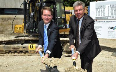Oberbürgermeister Dieter Reiter und SWM-Geschäftsführer Dr. Florian Bieberbach beim Spatenstich für die SWM-Werkswohnungen in der Kuglerstraße