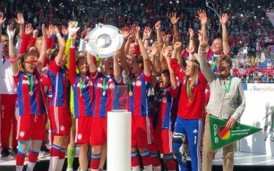 Die Spielerinnen des FC Bayern feiern den Meistertitel