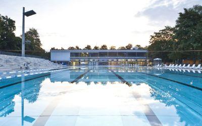 Großes Schwimmbecken im Dantebad ohne Schwimmer