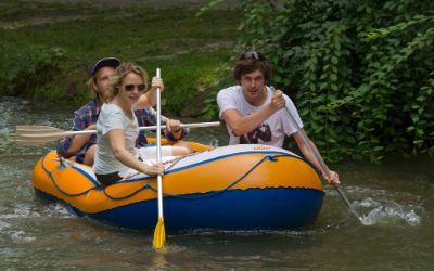 Schlauchbootfahren im Englischen Garten