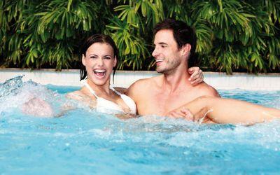 Therme Erding Paar im Wasser