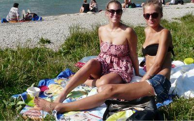 Sommer in der Stadt und es zieht die München an die Isar unter die Sonne in München.