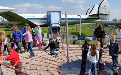 Kinder am Flughafen-Besucherpark