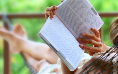 Frau liest ein Buch in einer Hängematte