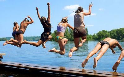 Jugendliche springen in den Badesee