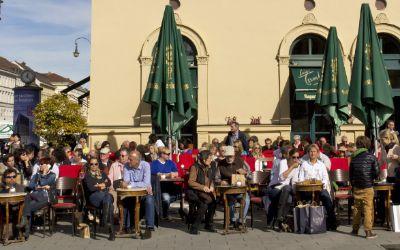 Besucher am Café Tambosi in der Sonne