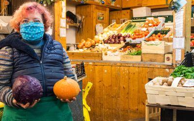 Christine Kamlah hat einen Obst- und Gemüsestand auf dem Pasinger Viktualienmarkt