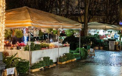 Standl mit weihnachtlicher Deko auf dem Viktualienmarkt