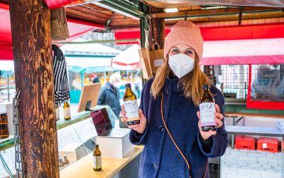 Hanna Schumacher an ihrem Stand First8 Kombucha auf dem Münchner Viktualienmarkt