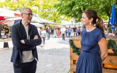 Kristina Frank (r.) und Rainer Hofmann (l.) auf dem Viktualienmarkt