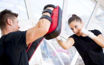 Frau beim Boxtraining