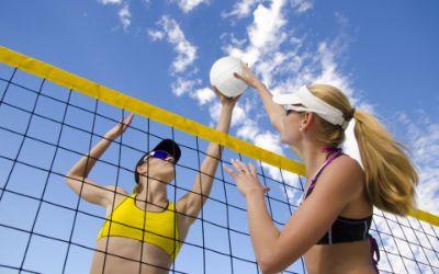 Junge Leute beim Beachvolleyball