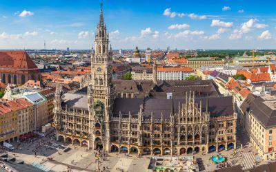 Münchens Panorama mit Rathaus und Frauenkirche